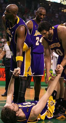 Pau Gasol en el suelo del Boston Garden con los Lakers