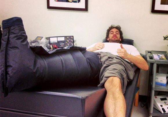 Pau Gasol recibiendo tratamiento
