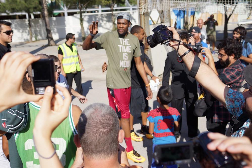 Kevin Durant cancha Barcelona saludando