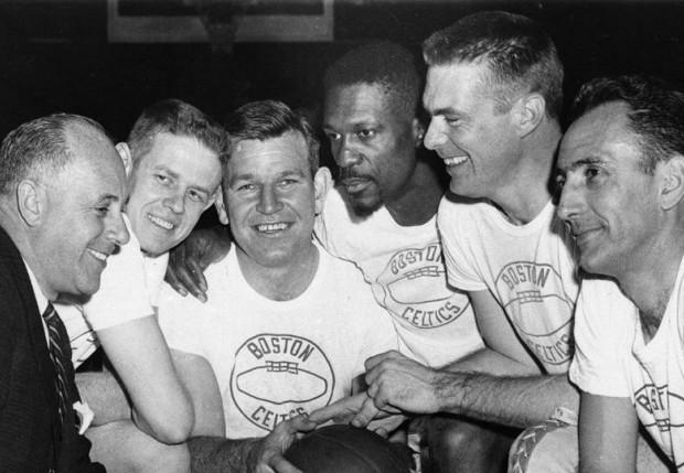 De izquierda a derecha: Red Auerbach, Frank Ramsey, Jim Loscutoff, Bill Russell, Tom Heinsohn y Bob Cousy de los Celtics de 1963. Foto: Associated Press
