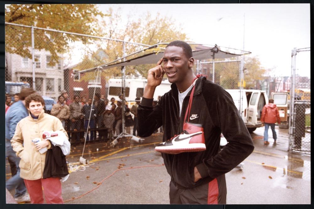 Michael Jordan en 1985 en un rodaje con la Air Jordan I