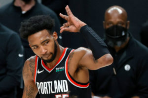 Derrick Jones Jr. ejerce su opción para continuar en Portland